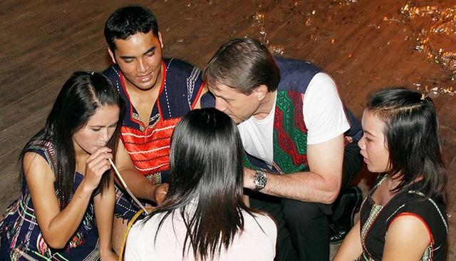 Uống rượu cần với người dân tộc bản địa