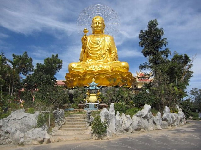 A giant golden statue of Sakyamuni Buddha
