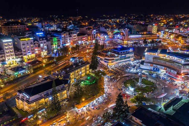 The scene of Dalat market at night